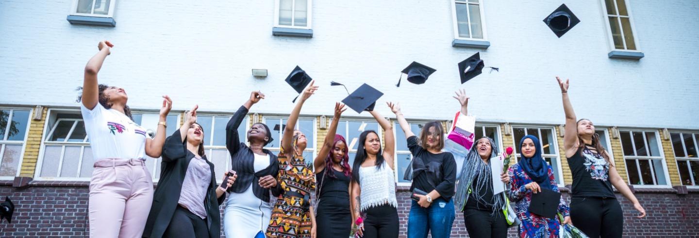 uitbundige mbo-studenten die geslaagd zijn