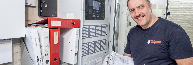 Monteur controleert het alarm- en brandsysteem.