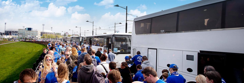 Groep mensen die aan het wachten zijn voor een bus.