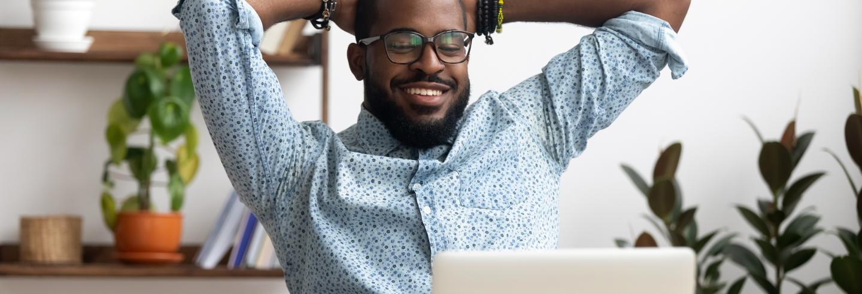 Man-ontspannen-lachend-thuis-achter-de-computer