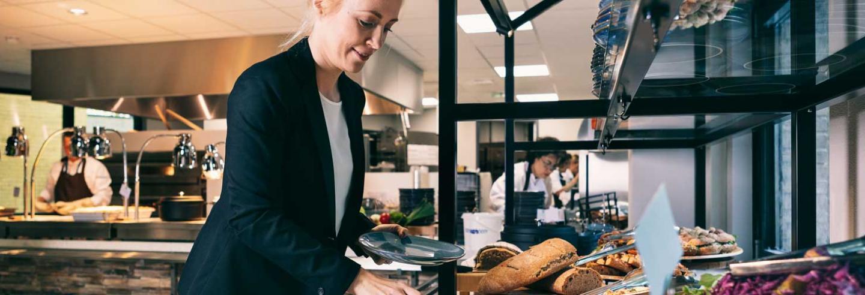 Bedrijfsrestaurant-waar-dame-haar-lunch-uitzoekt