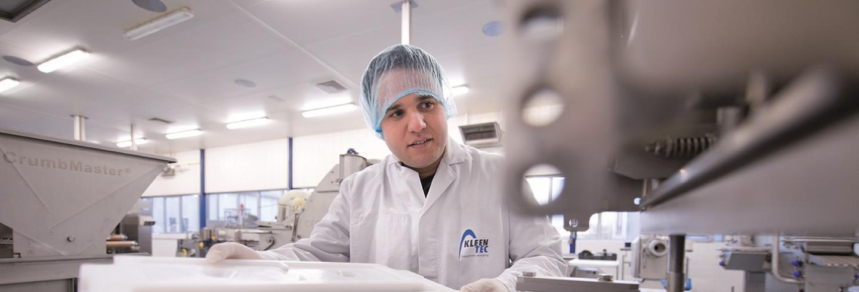 een man van Kleentec controleert een machine uit de voedingsmiddelenindustrie of deze schoon is