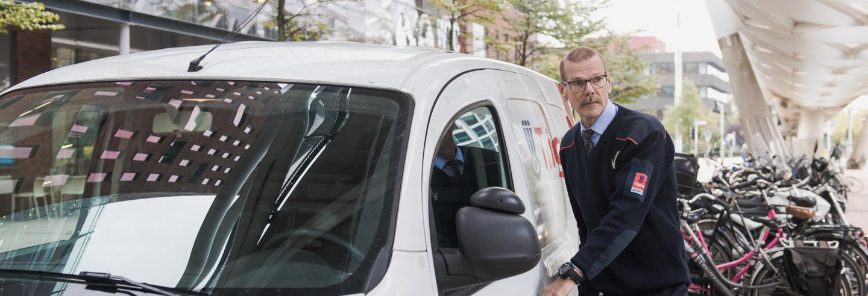 Mobiele Surveillant naast witte beveiligingswagen