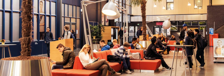Overzicht-van-openbare-ruimte-schoolgebouw-hoger-onderwijs