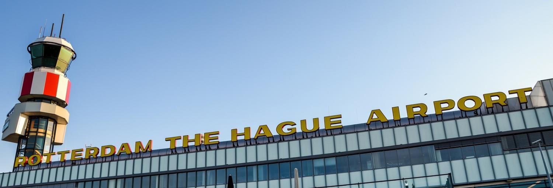 De voorkant van de luchthaven Rotterdam The Hague airport met zich op de verkeerstoren.