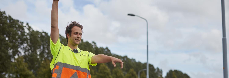 verkeersregelaar in fluor kleding met gespreide armen