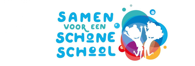 in bubbelschrift Samen voor een schone school met daarnaast 2 silhouetten van kinderen op een meerkleurige achtergrond