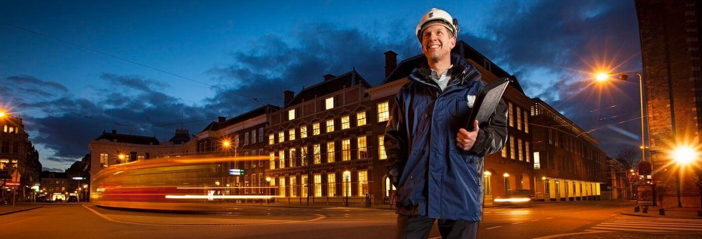 Toezichthouder loopt door de stad met zijn notitieblok