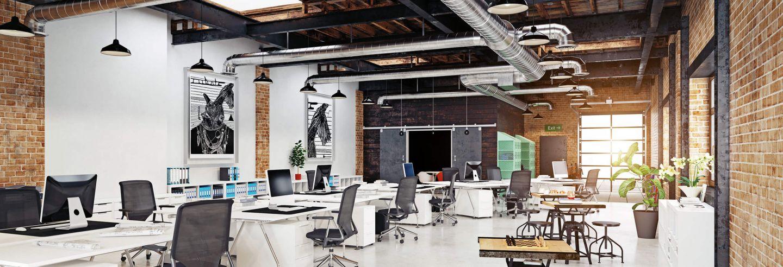 Moderne, bijna industriele kantoorruimte met meerdere bureaus in verschillende opstellingen