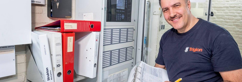 Medewerker brand- en beveiligingstechniek aan het werk in technische ruimte