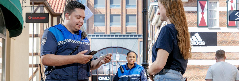 Toezichthouder spreekt jonge vrouw aan en controleert haar ID bewijs