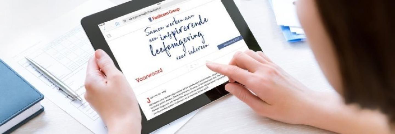 Vrouw bekijkt het jaarverslag op haar tablet.