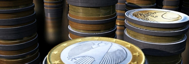 Acht rijen opgestapelde euro's.